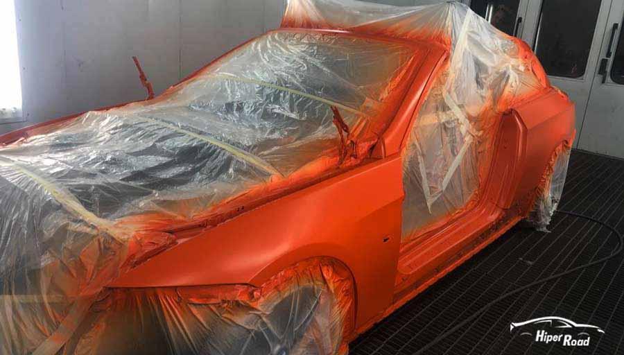 pintar coche naranja en taller
