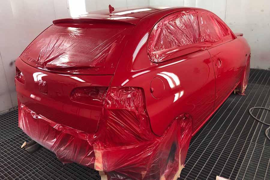 coche rojo preparado para pintarlo en el taller