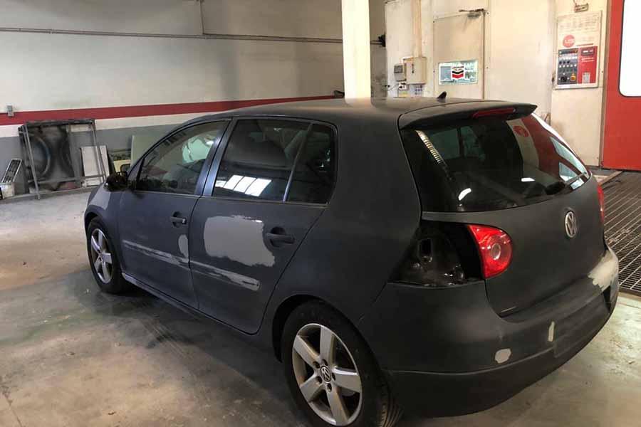 coche gris con golpes y arañazos reparados