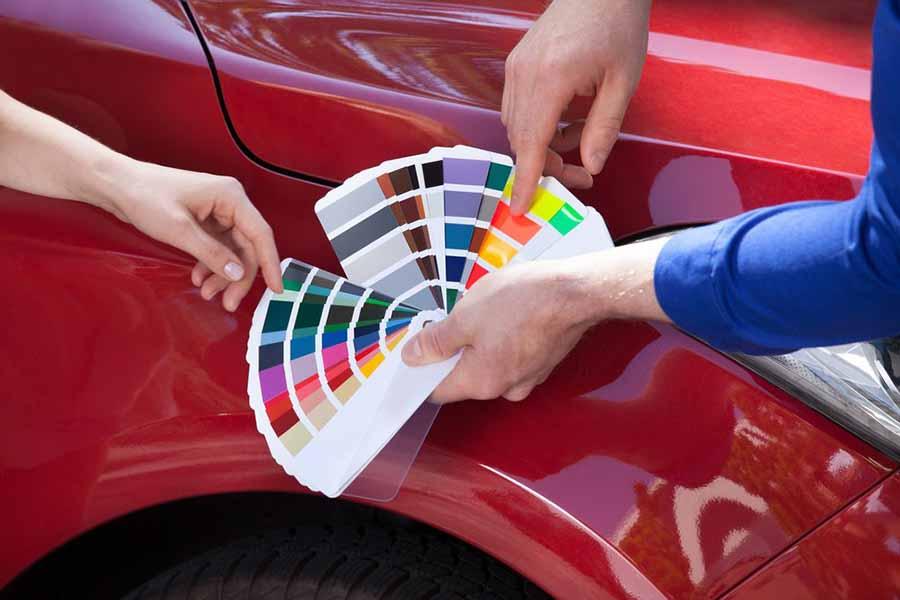 coche rojo con una carta de gama de colores