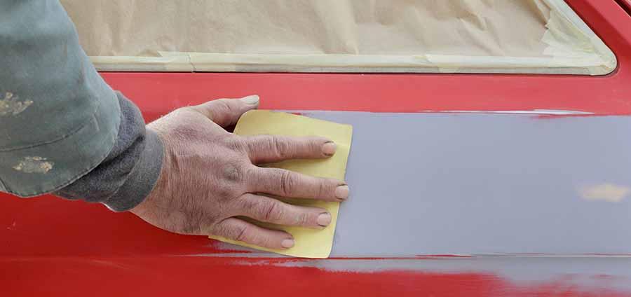 decapar la pintura de un coche rojo