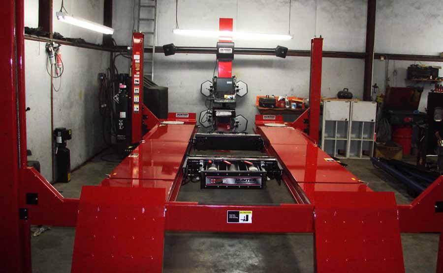 maquina alinear direccion color rojo en taller mecanico