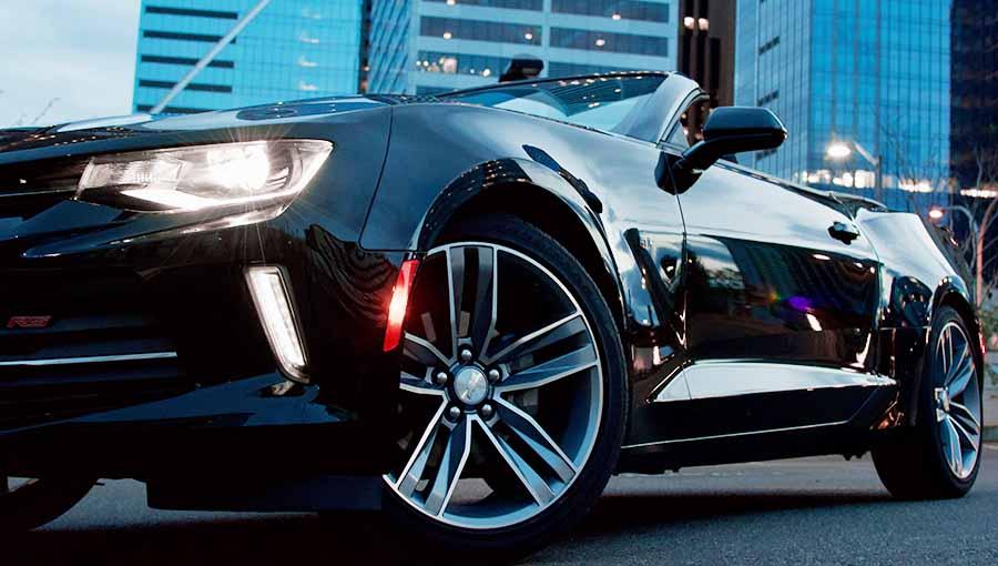 coche negro descapotable gira