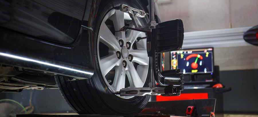 coche sobre plataforma para hacer paralelo de las ruedas