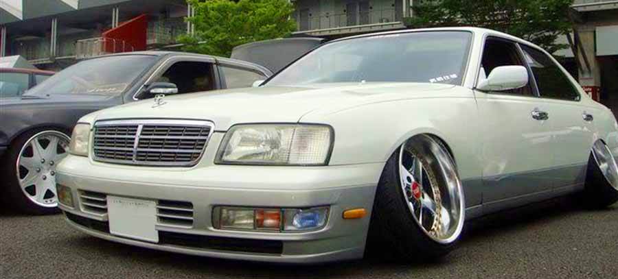 coche gris claro con angulo camber positivo