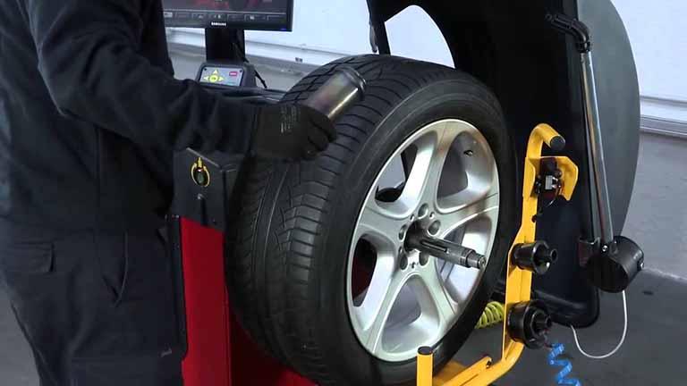 mecanico equilibra las ruedas con maquina equilibrar ruedas
