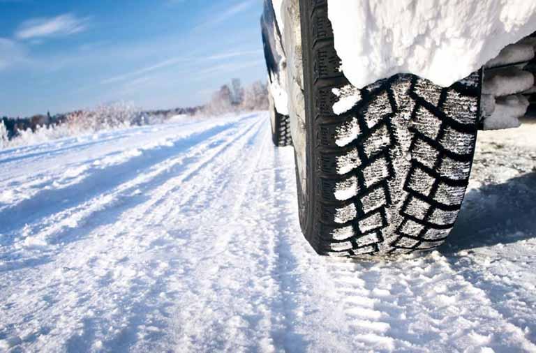neumatico rodando en nieve