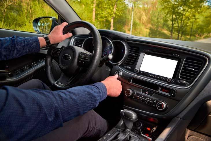 Señor conduciendo un vehículo start stop