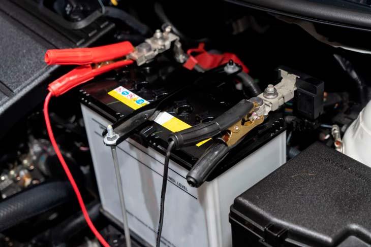 Pinzas cargando la batería de un coche